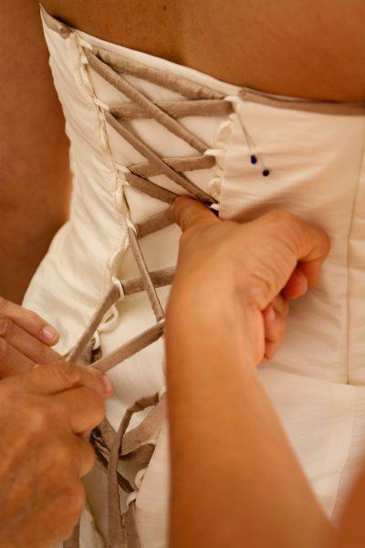 foto rijgen bruidsjurk